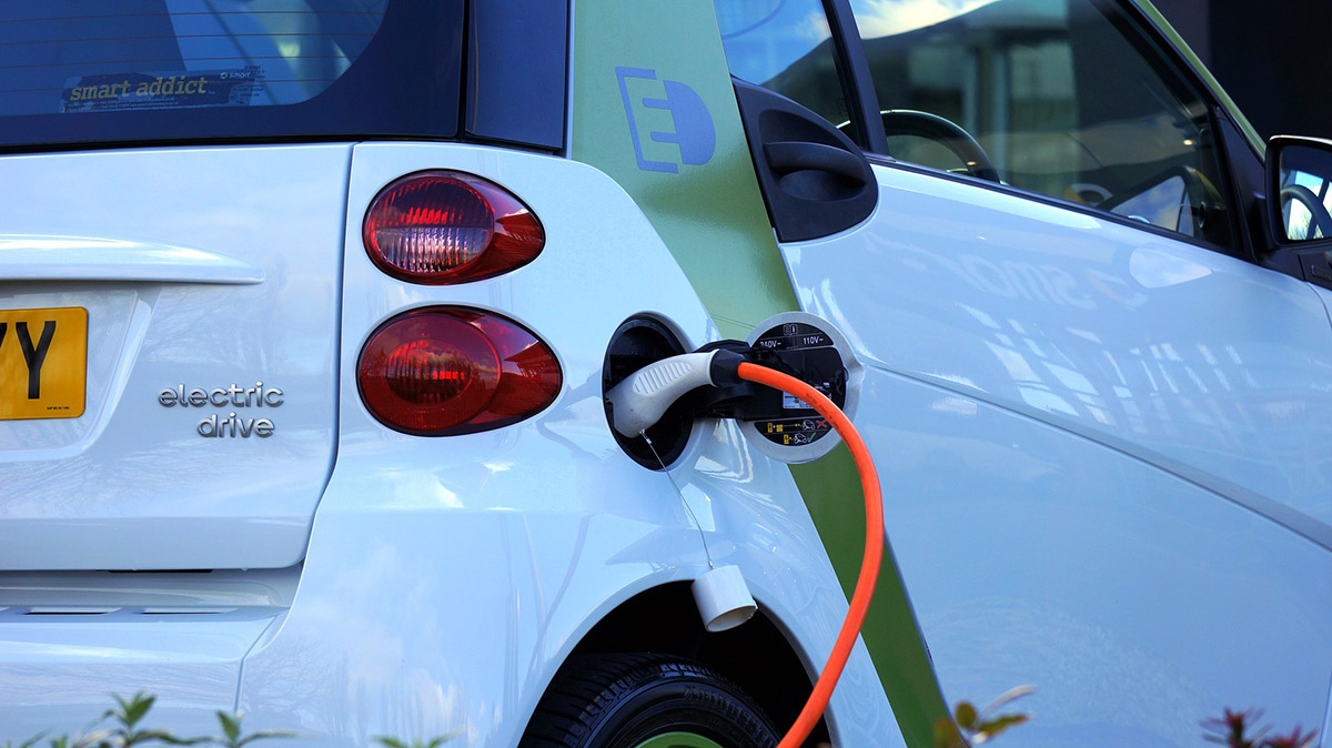 Electric Car Photograph - Do Electric Cars Save Money?